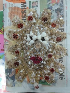 Masque décoré de graines