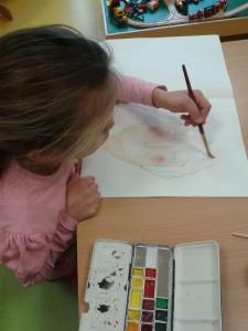 Enfant qui peint à l'aquarelle