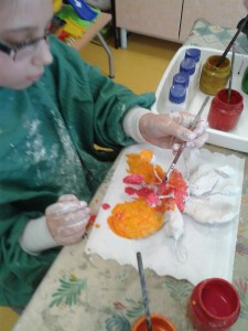 Peinture des statuettes en plâtre
