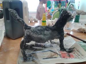 Modelage d'un chien en plâtre