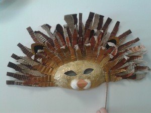 Masque lion en papier journal