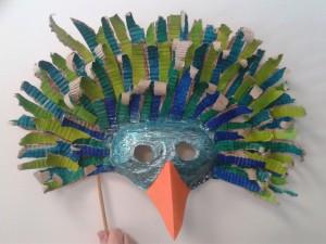 Masque d'oiseau en carton ondulé
