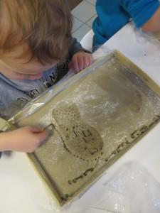 Empreintes de pieds dans l'argile à la maternelle