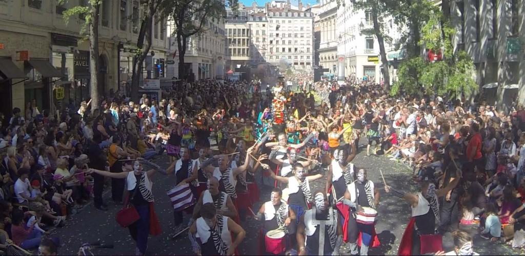 Les percussionnistes sur le défilé