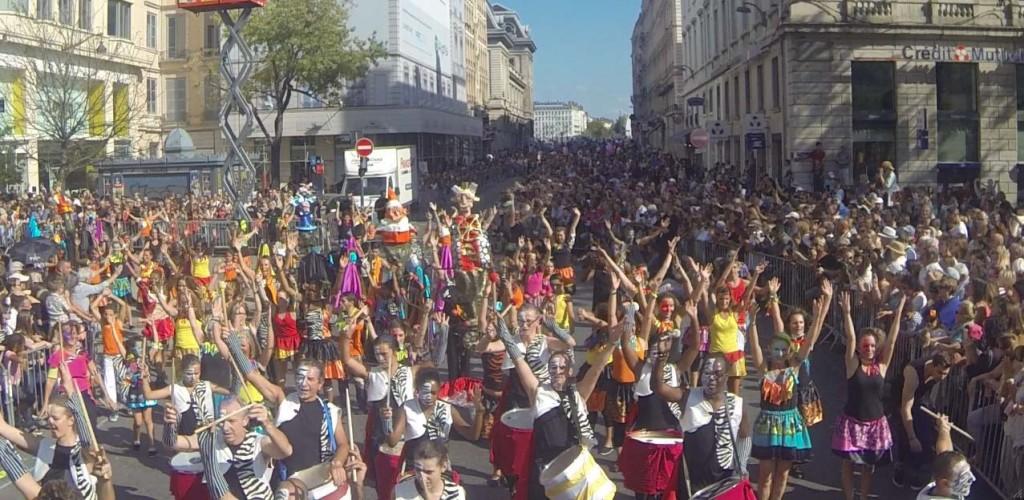 Défilé de la biennale de la danse joyeux et coloré
