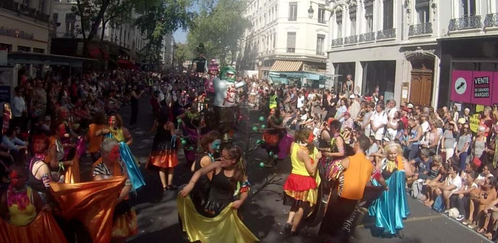 Défilé de la biennale de la danse de Lyon rue de la République