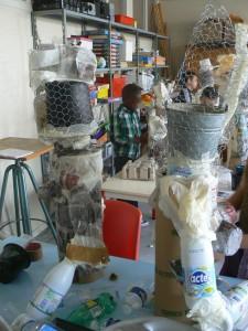 Sculpture en grillage et objets de récupération