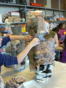 Sculpture en papier mâché à l'école