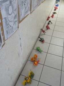 Procession de petites créatures colorées