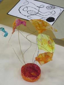 Sculpture en fil et tissu orange
