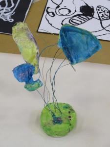 Sculpture en fil de fer et tissu au socle vert