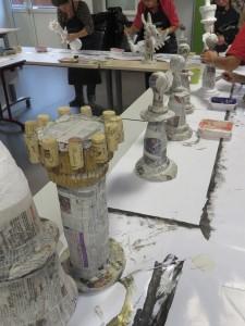Peinture des pièces en papier mâché