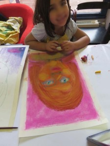 Enfant devant son portrait