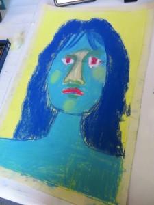 Visage bleu sur fond jaune