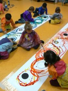 Enfants appliqués à peindre