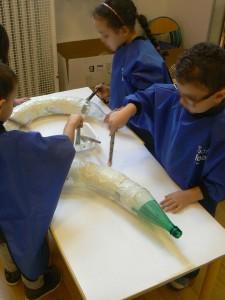 Enfants fabriquant leur serpent