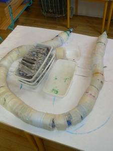 Le serpent est prêt à être recouvert de papier journal