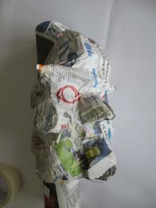 Modelage d'une tête en pâte à papier