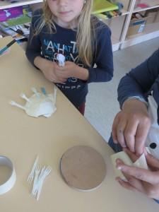 Une coquille Saint-Jacques et des fouchettes pour la main