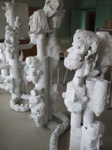 Monstre en papier mâché à 24 têtes