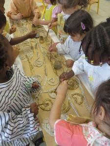 Groupe d'enfant appliqué à peindre