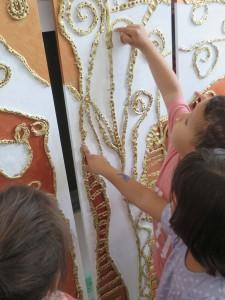 Enfant admirant le travail de sa classe