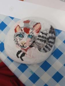 Peindre un chat sur un galet