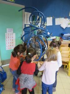 Les enfants sculptent la grillage