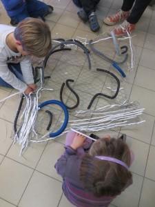 Enfants qui sculptent