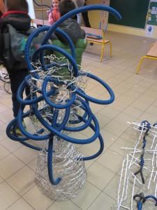 Sculpture de grillage et de gaine électrique