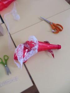 Bouteille rouge et dentelle