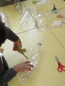 Découper une bouteille en plastique