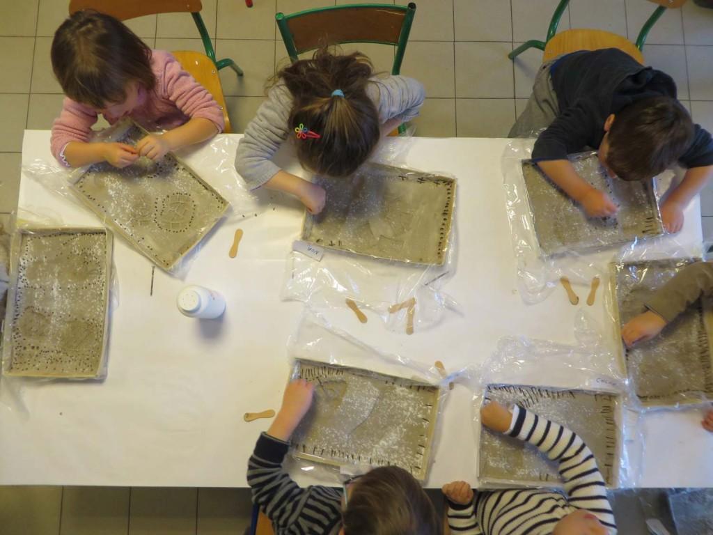 Atelier gravure à la maternelle