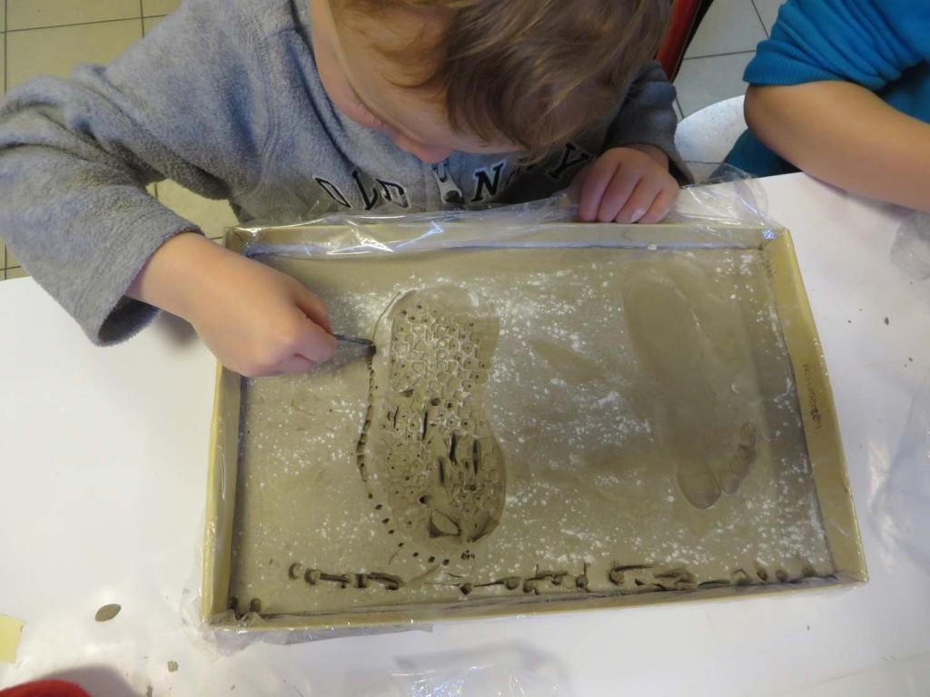 Empreintes de pied et de semelle dans l'argile