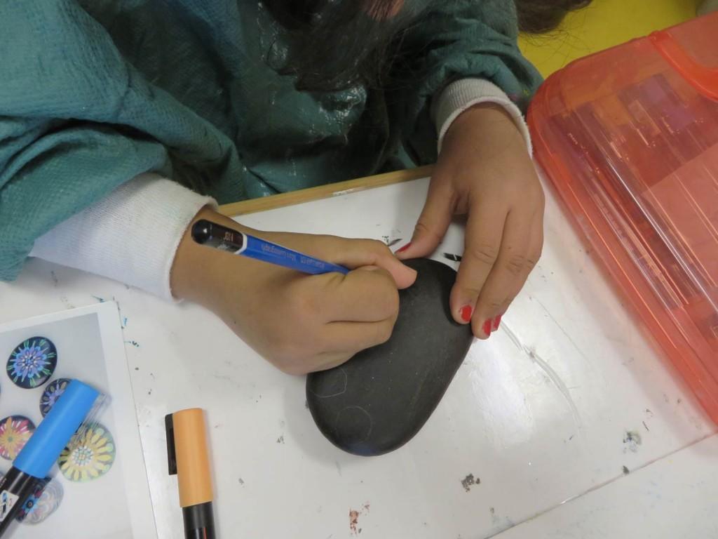 Dessin au crayon sur un fond d'acrylique noire