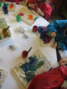 Atelier peinture à la maternelle