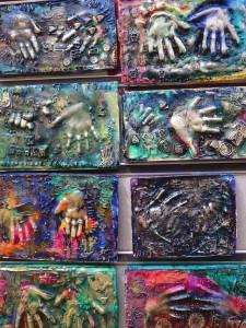 Bas-reliefs colorés