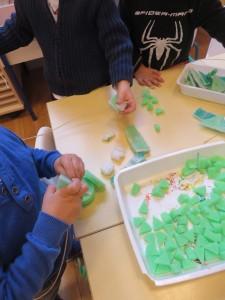 Enfillage de petits morceaux de mousse verte