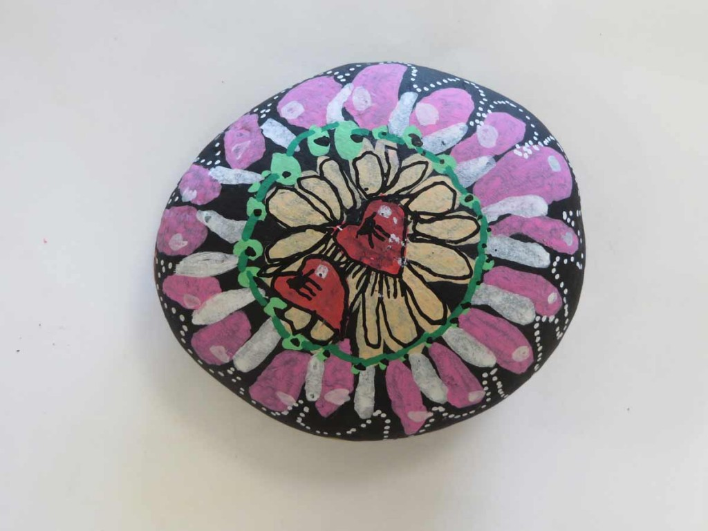 Fleur peinte sur un galet