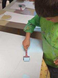 Enfant qui peint au rouleau