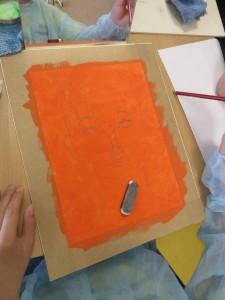 Autoportrait sur un fond orange