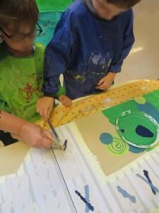 Les enfants peignent sur les pochoirs