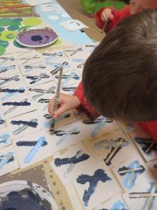 Peindre le pochoir au pinceau