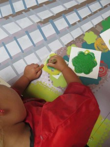 Enfant qui peint à la maternelle