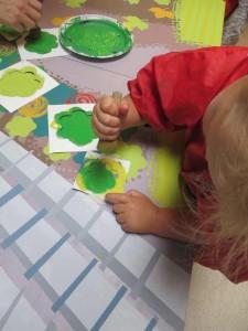 Appliquer le peinture avec un petit tampon en mousse.