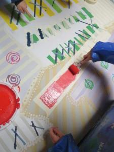 ... puis recouvert de peinture rouge vif.