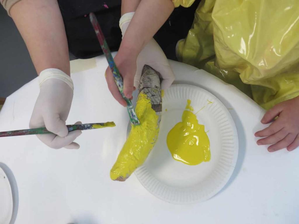 Peinture d'une banane à quatre mains