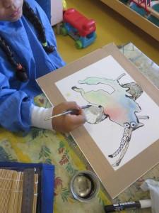 Enfant qui dessine à la plume et à l'encre de Chine