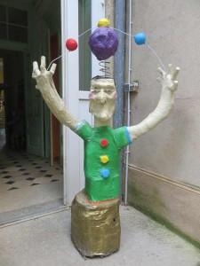 Sculpture sur le seuil de la porte