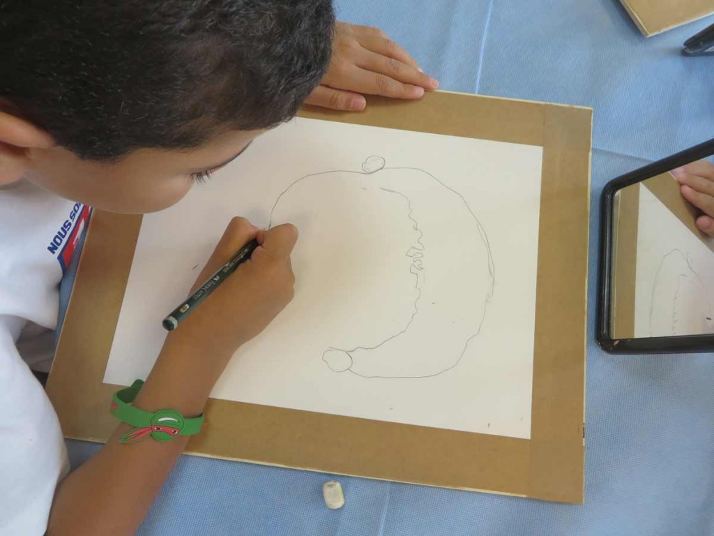 Un enfant dessine son portrait